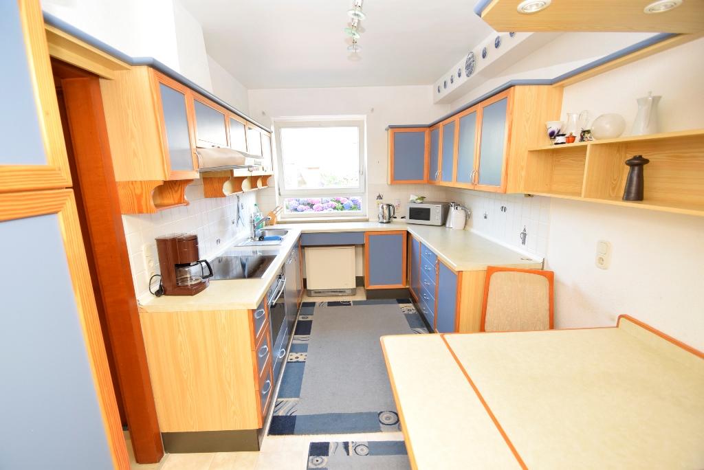 Einbauküche mit kleinem Esstisch