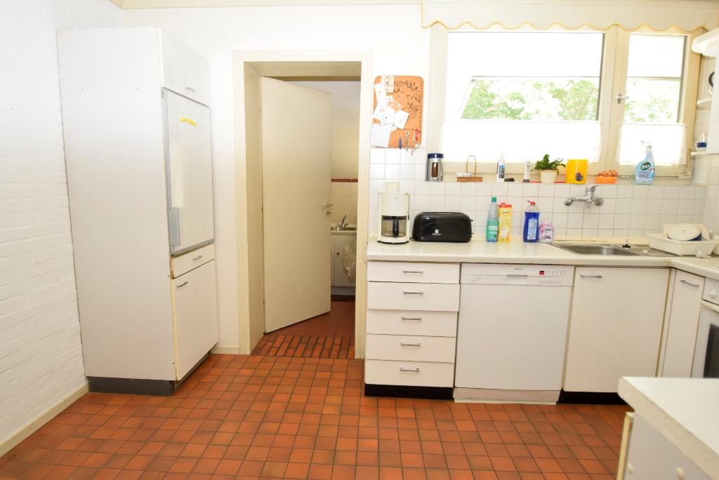 Einbauküche mit Abstell- und Hauswirtschaftsraum