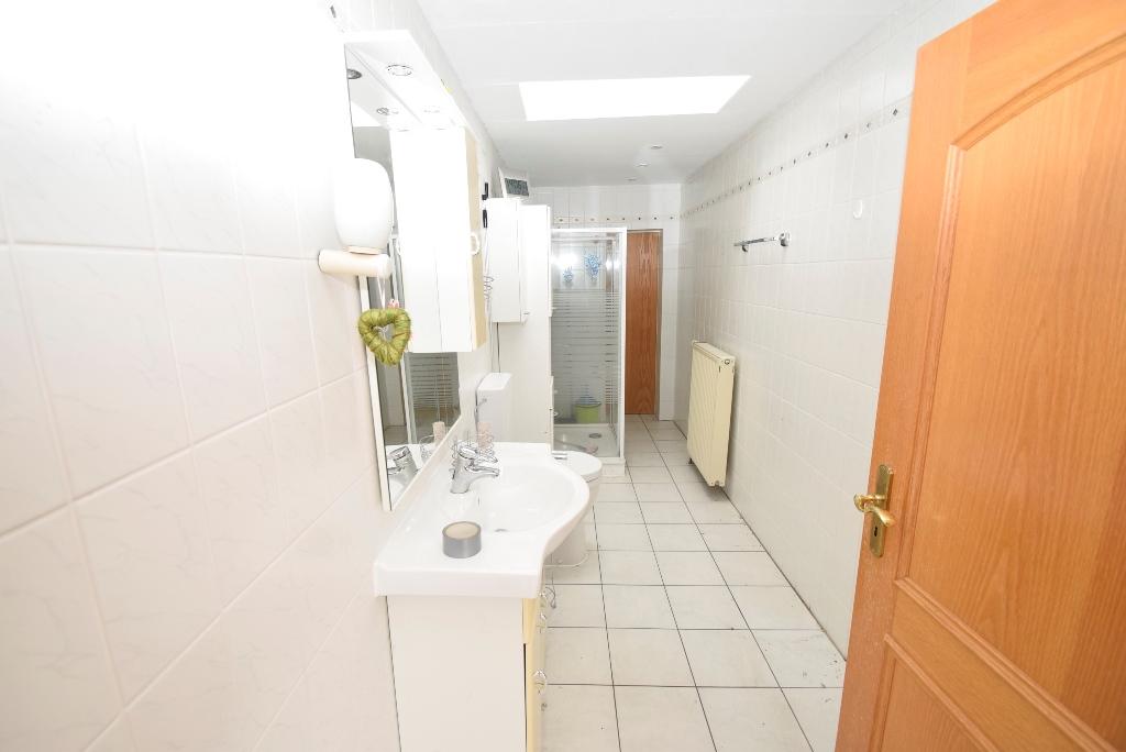 45. Badezimmer mit Dusche in Einliegerwohnung im EG