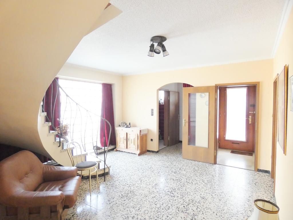 Hausflur mit Gaderobe und Gäste-WC