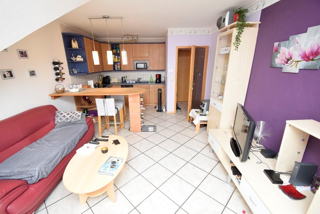 7. Wohnzimmer mit offener Einbauküche