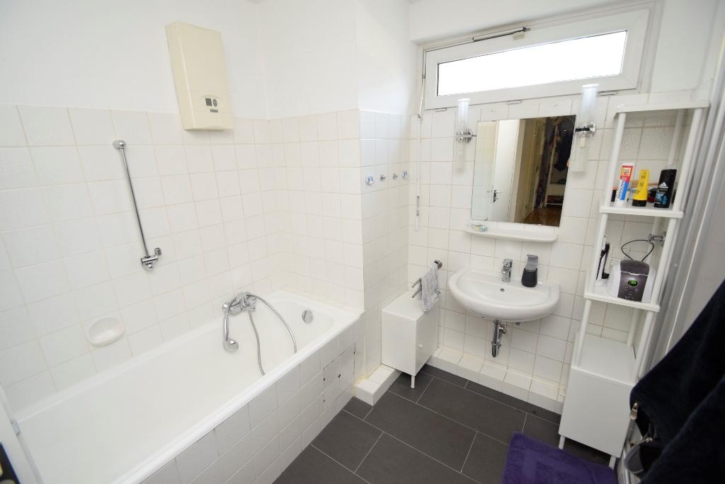 17. Badezimmer mit Wanne, Fenster und...