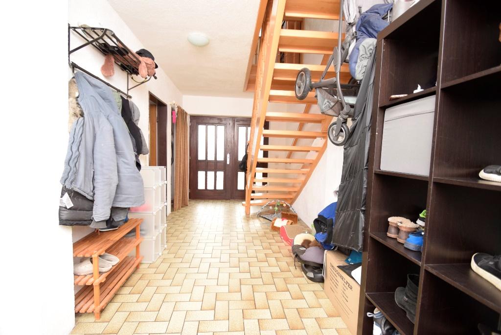 Der Flur bieter Ihnen viel Stauraum und Stellmöglichkeiten unter der Treppe