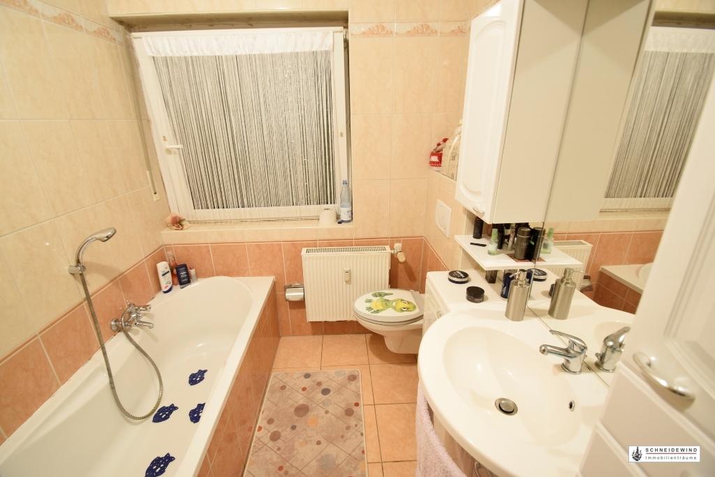 10. Badezimmer mit Wanne, Fenster und...