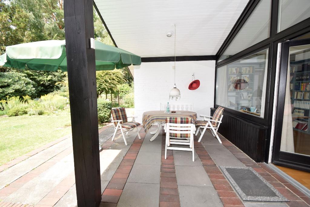 Gemütliche Sitzecke unter der Terrassenüberdachung