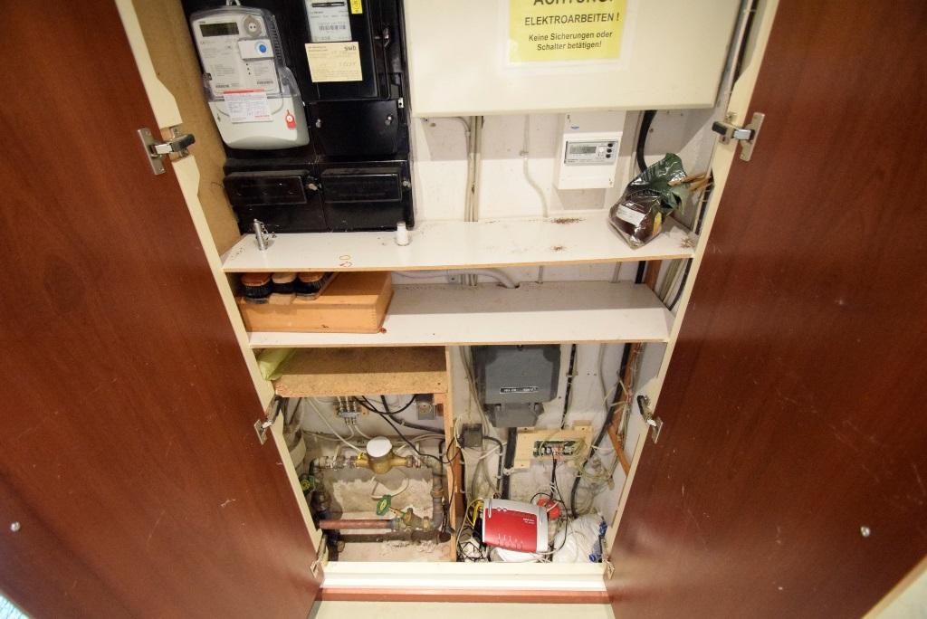 Zähler und Anschlüsse wurden im Wandschrank getarnt, WLAN-Router ist vorhanden