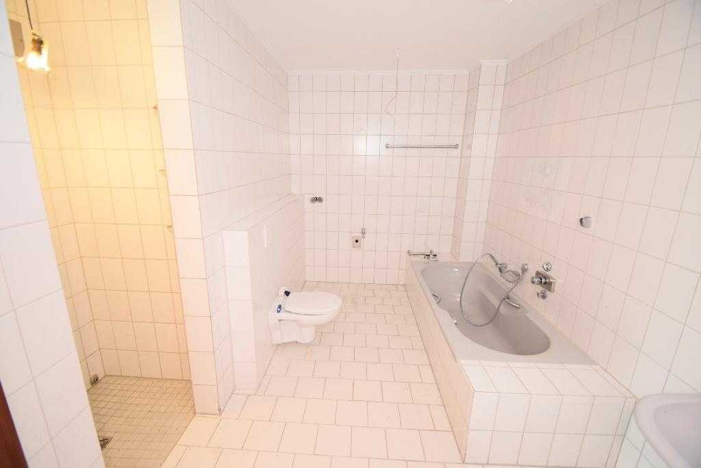 4. Badezimmer mit Wanne und Dusche