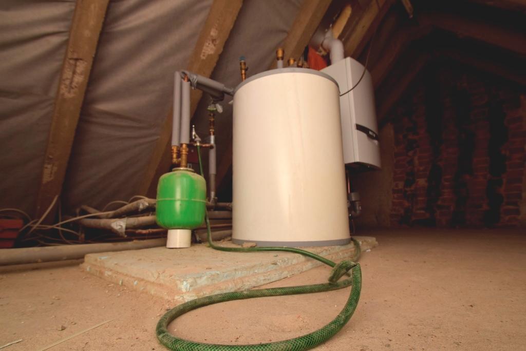 Die Heizungsanlage befindet sich auf den Dachboden