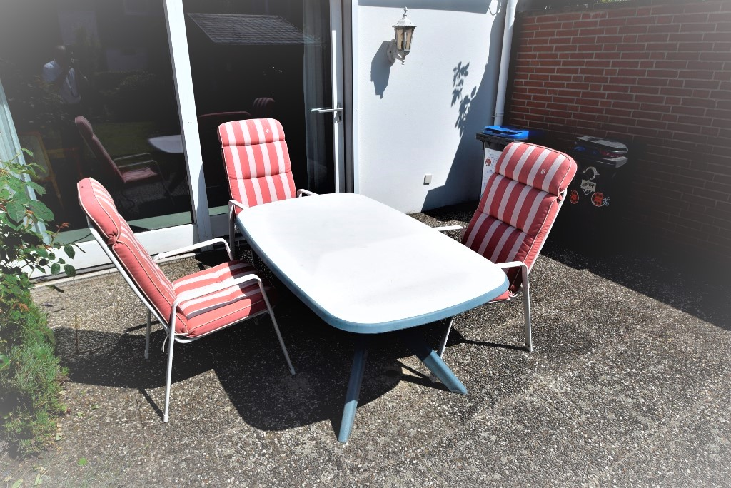 Gepflasterter Teil der Terrasse bietet ausreichend Platz für eine größere Sitzgruppe