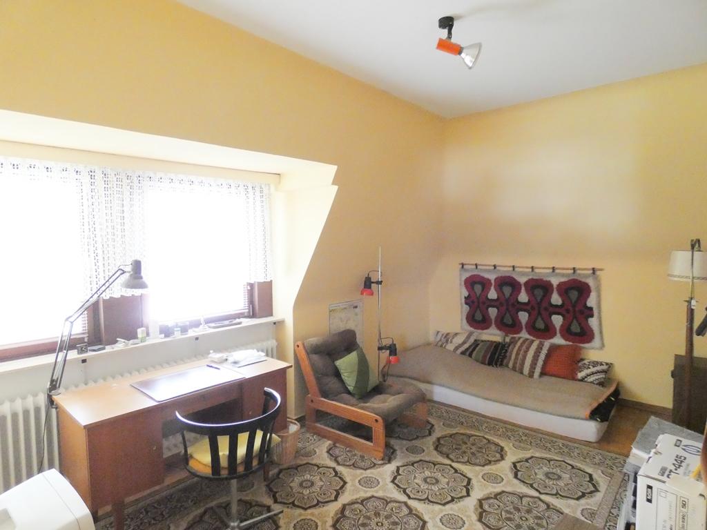 zweites Kinderzimmer mit großer Fensterfront