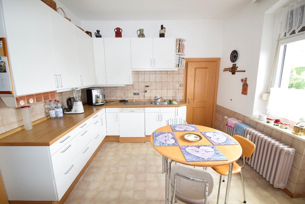 Einbauküche mit Badezimmertür