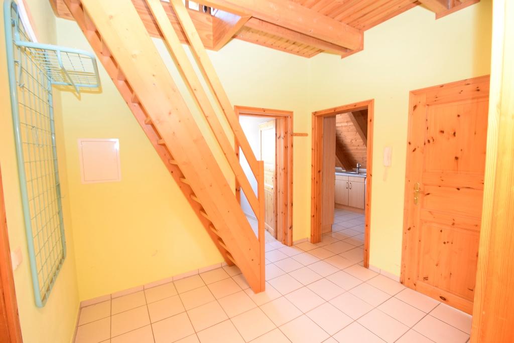 9. Flur mit Holztreppe ins Dachgeschoss