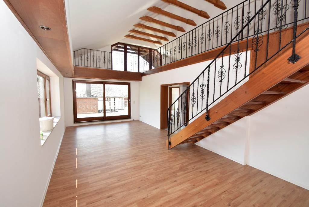 8. Blick ins offene Wohnzimmer mit Balkonzugang