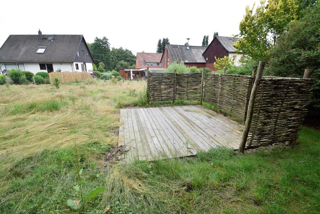 Kleine Holzterrasse im hinteren nutzbaren Gartenteil