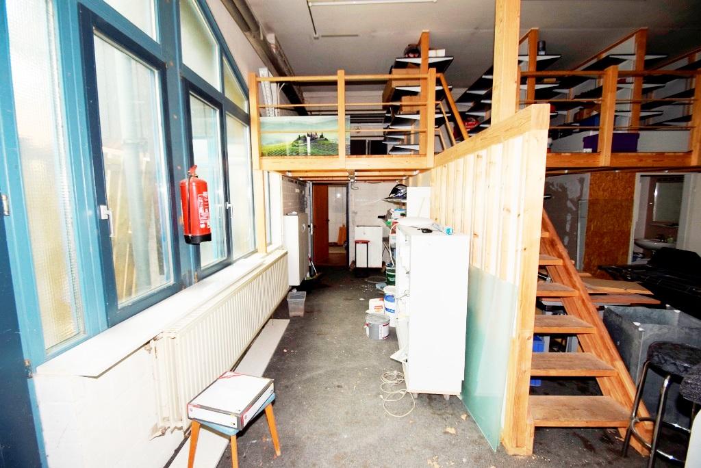 Zugang von der Halle zum Bürotrakt