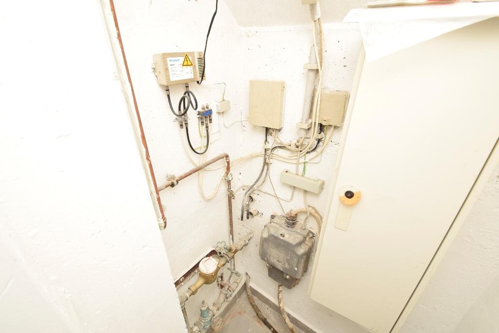 Strom-, Gas- und Wasseranschlüsse hinter Türverblendung
