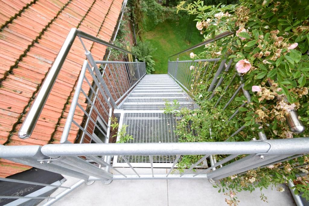 Separater Treppenaufgang zur Wohnung