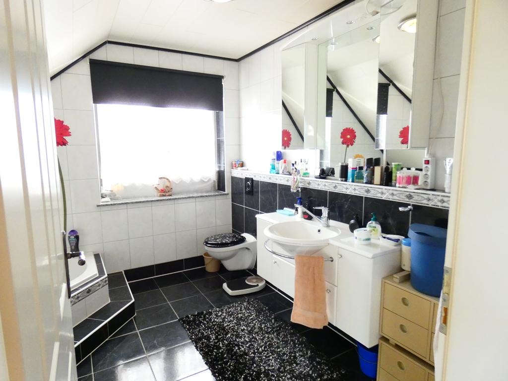Badezimmer im OG mit moderner Ausstattung