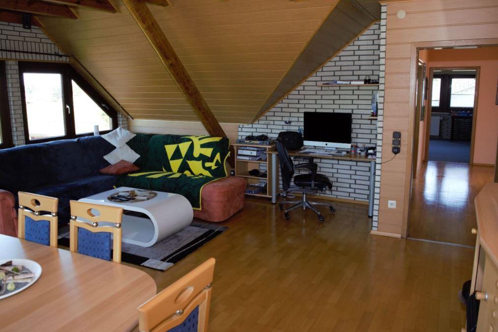38. Wohnzimmer mit Loftanteil im OG