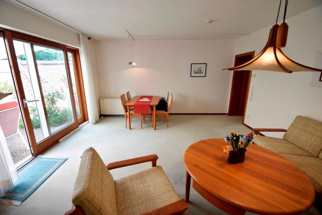 Blick ins Wohnzimmer mit Terrassentür