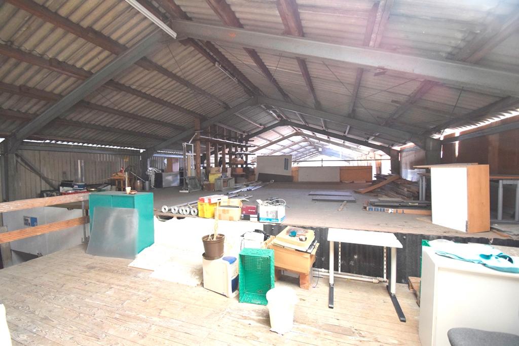 Blick in die Halle vom Zwischenboden über der Werkstatt