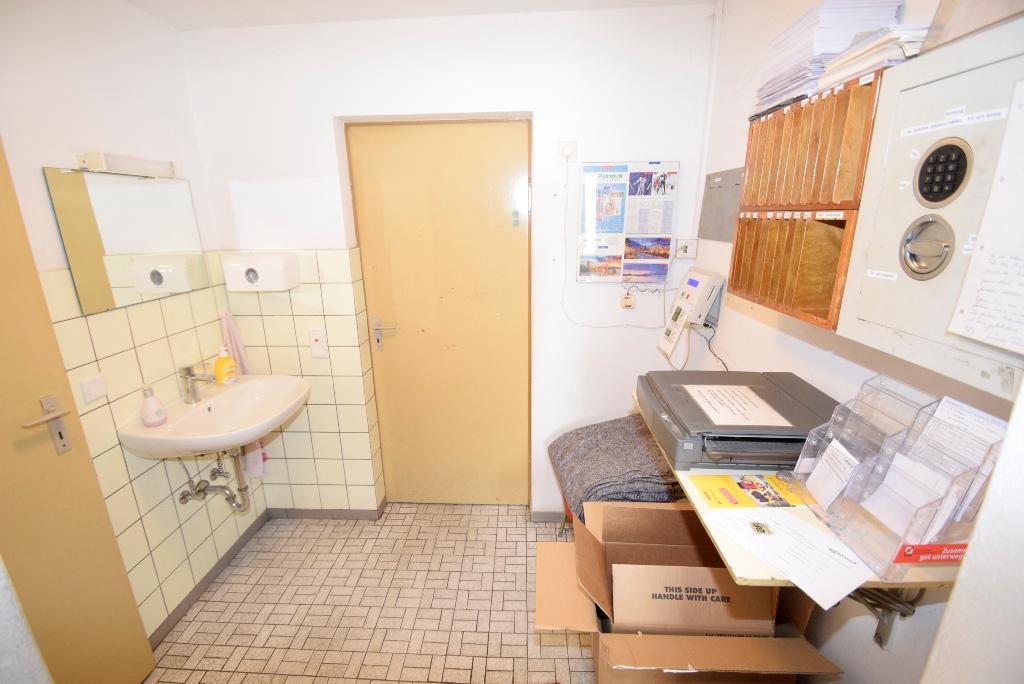23. Lagerraum mit Waschbecken
