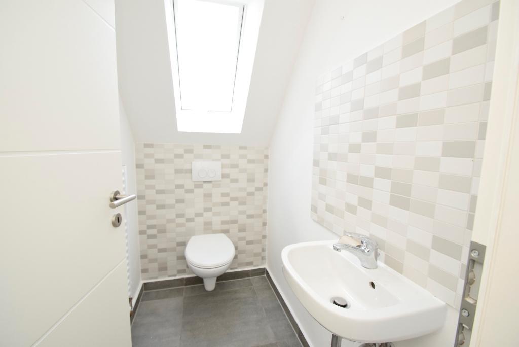 Gäste-WC mit Dachschrägenfenster