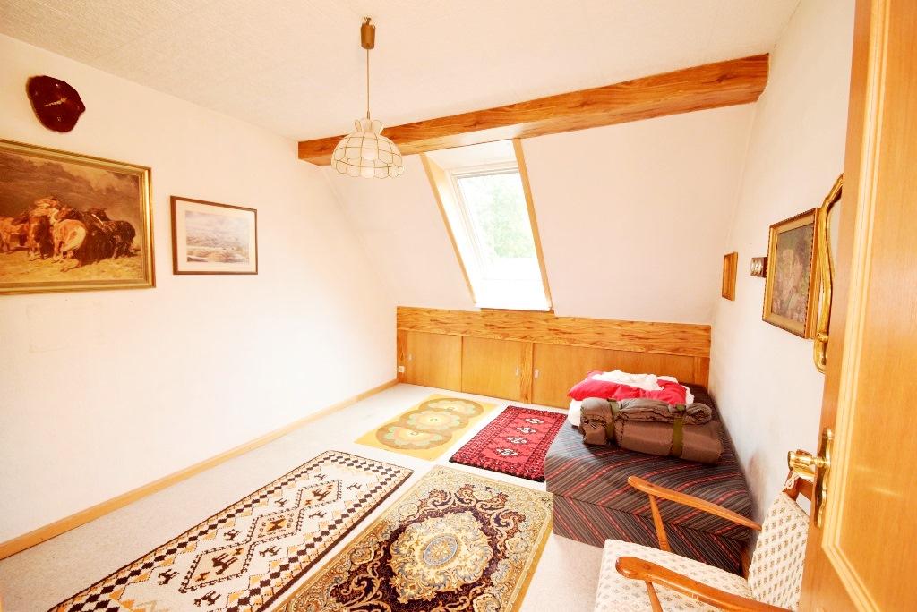 Schlafzimmer mit Stauraumverblendung