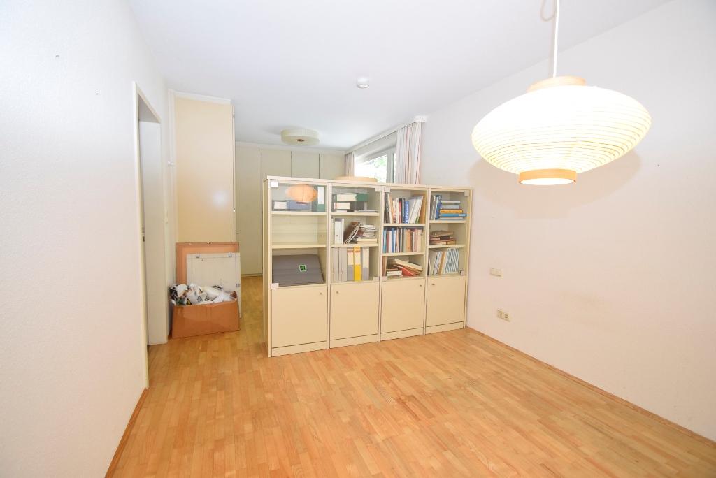 Schlafzimmer mit Schranksystem und Raumteiler