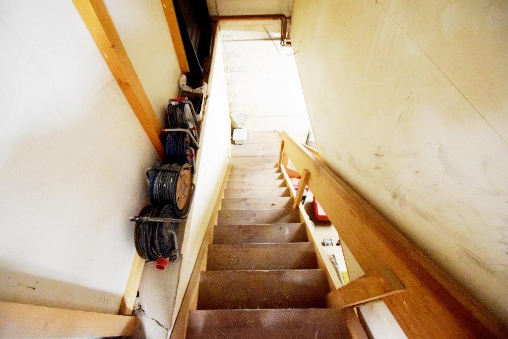 Holztreppe ins Untergeschoss in der Halle