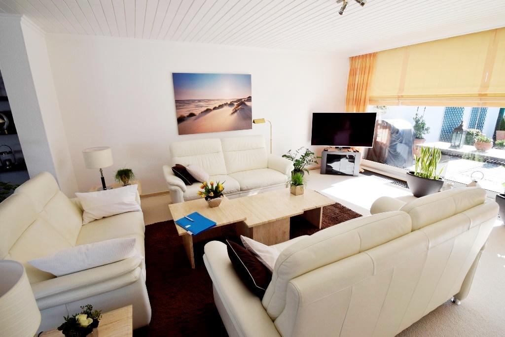 Blick ins Wohnzimmer mit Sitzecke
