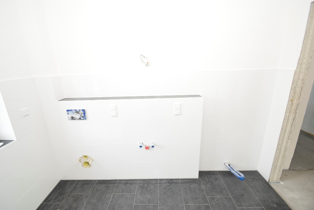 Platz für Toilette, Waschbecken-Armatur und Handtuchheizkörper