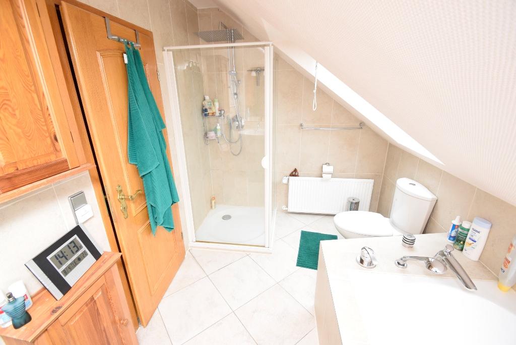 35. Badezimmer mit Dusche und Wanne im OG