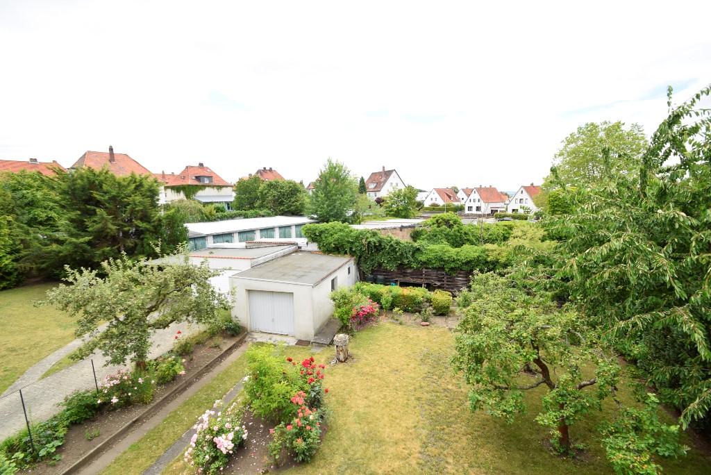 Blick in den Garten mit Umgebung