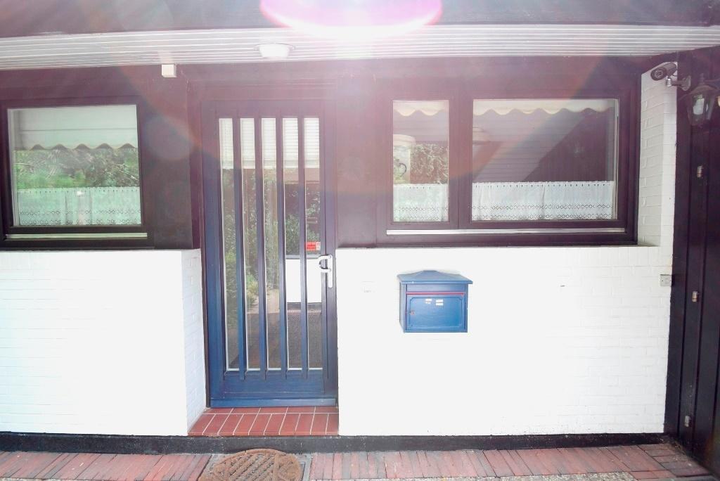 Hauseingangstür mit Briefkasten