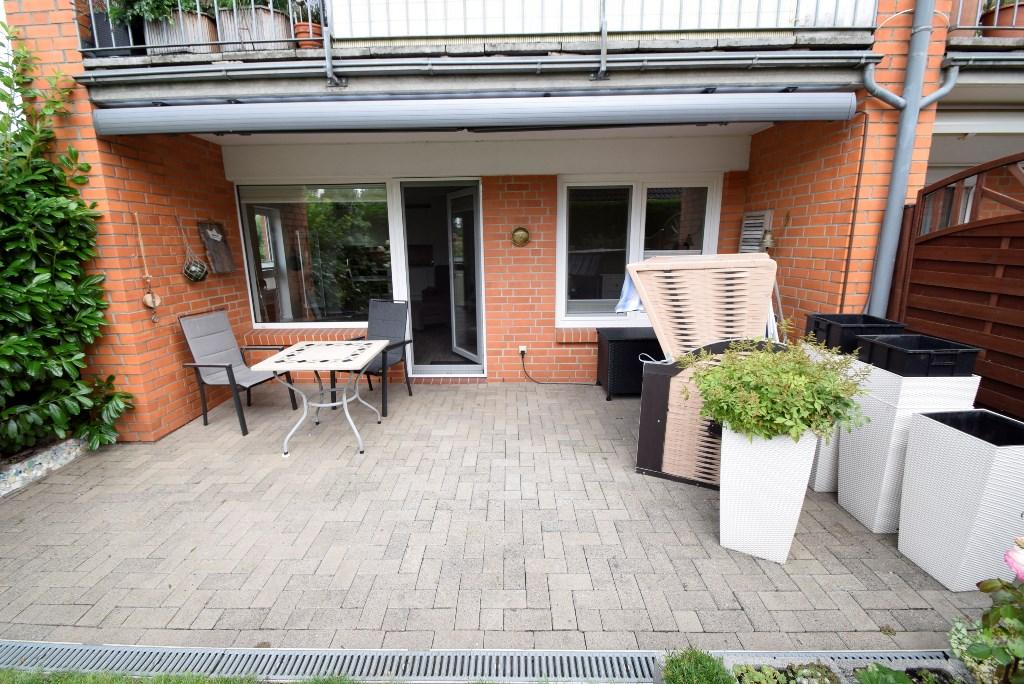 Teilüberdachte Terrasse und elektr. ausfahrbare Markise