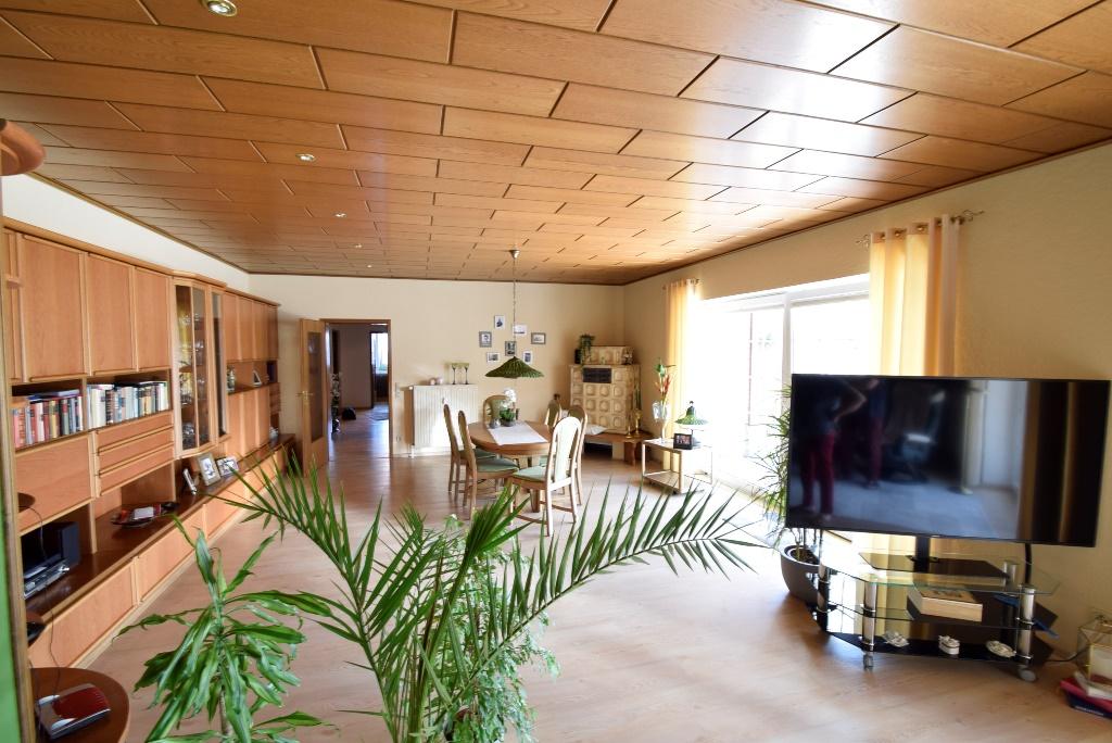 Großes Wohnzimmer mit Zugang zur Dachterrasse