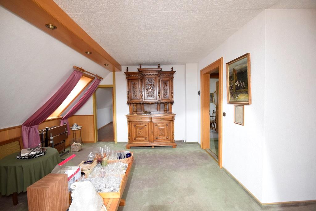 Wohnzimmer im DG mit Stellfläche und Flurtür