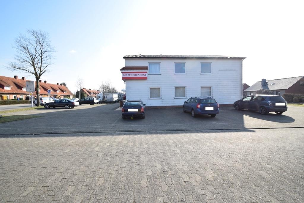 Bürogebäude mit Parkpflächen