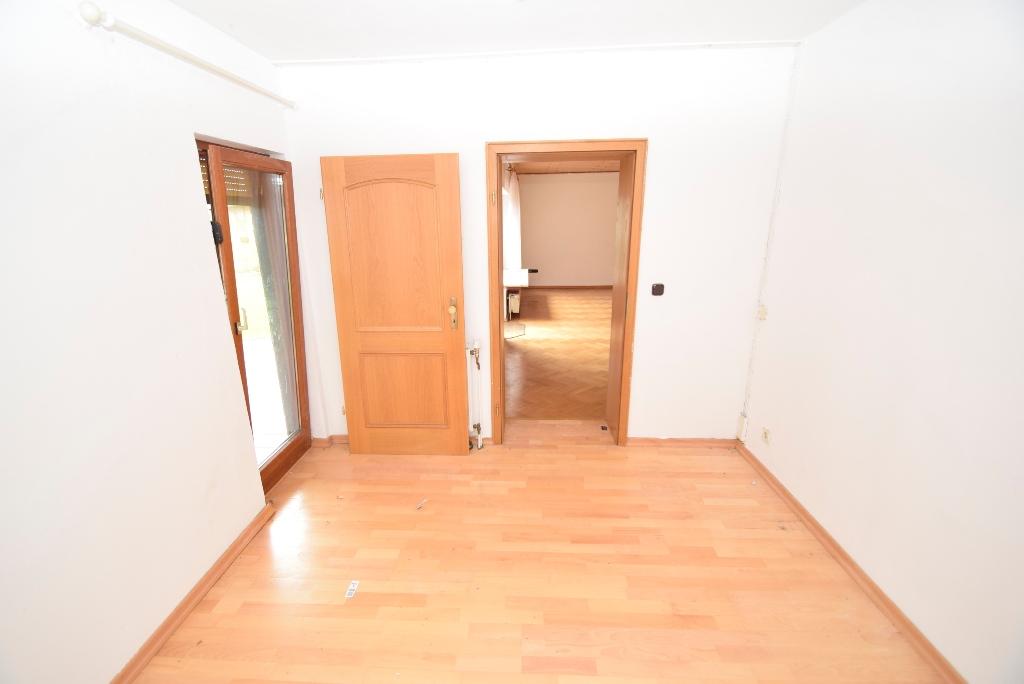 47. Schlafzimmer mit Blick zum WZ und Terrassentür in der EL Wohnung