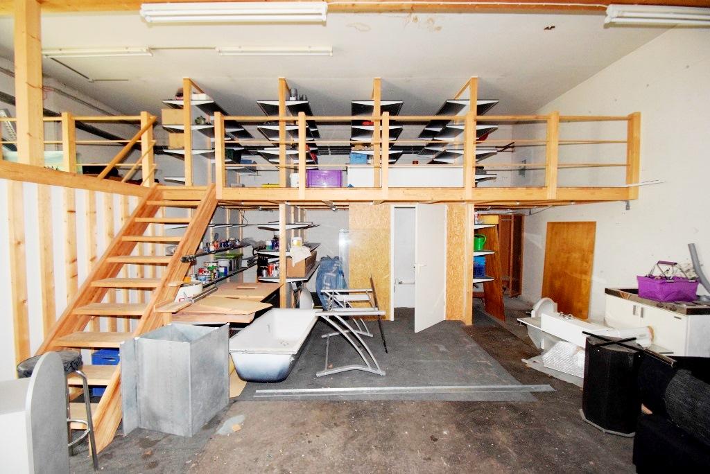 Empore aus Holz bietet zusätzliche Lagerfläche für Farben und Lacke