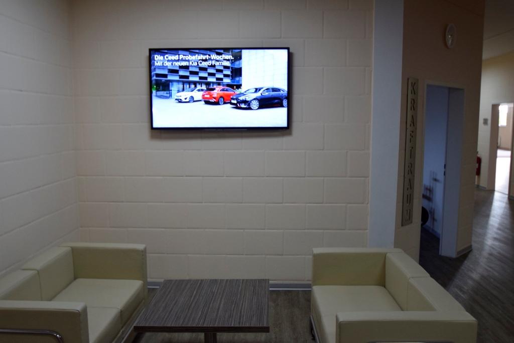 Aufenthaltsbereich vor der Theke mit Fernseher