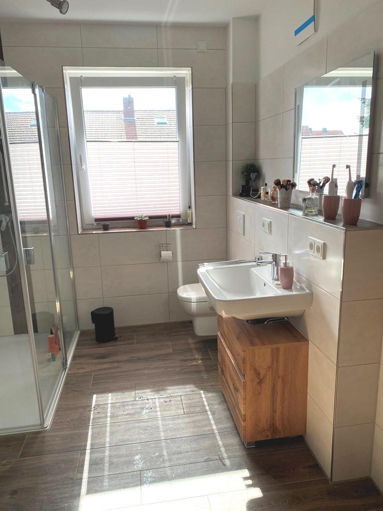 Blick in das Badezimmer, mit gr. Dusche