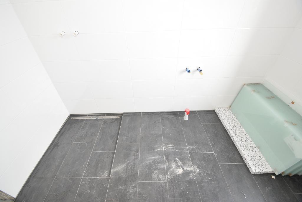 Barierrefreie Dusche und flache Badewanne