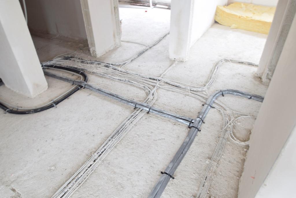 Kabelverlegung liegt in den letzten Zügen bevor der Estrich gegossen wird