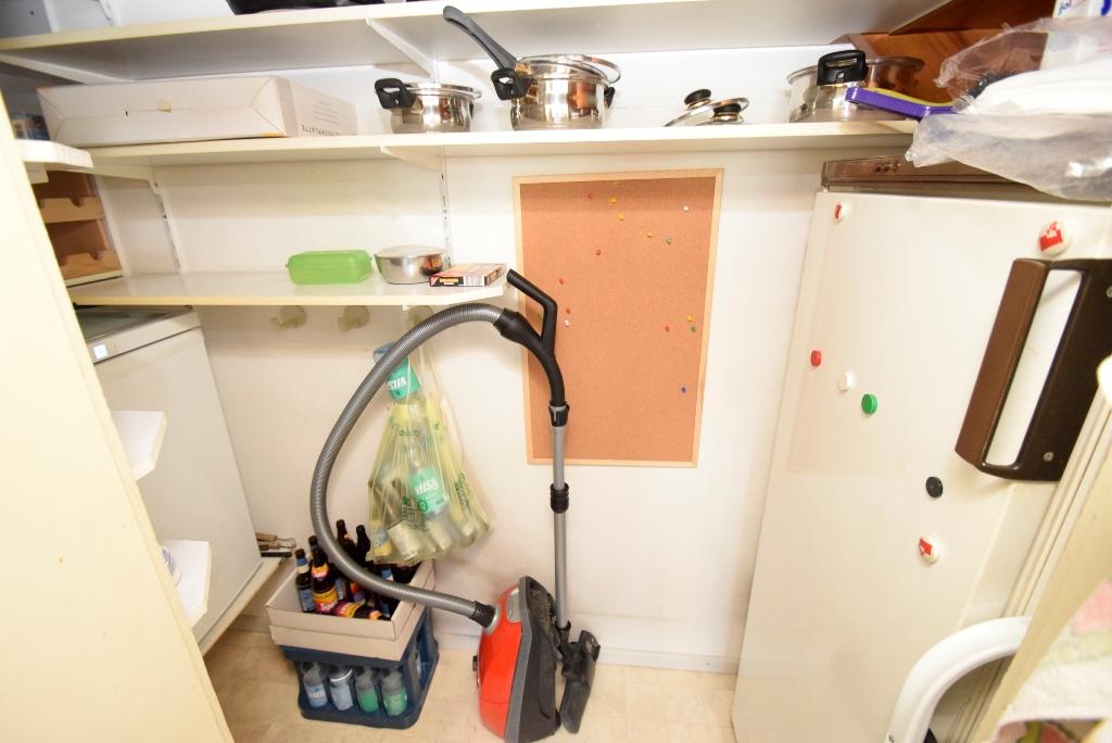 Kleiner Abstellraum direkt an der Küche mit Kühl- und Gefrierschrank