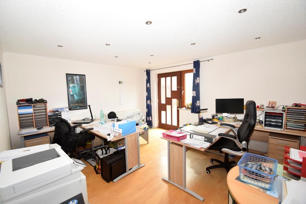 27. Büro mit Nebeneingang im EG