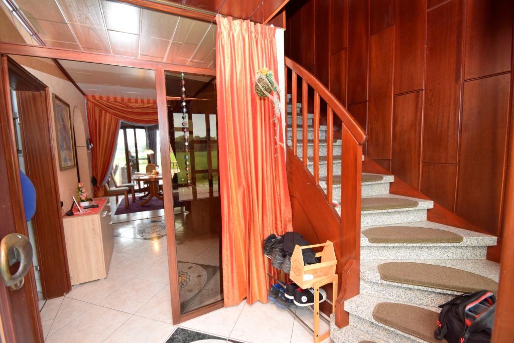 3. Blick in den Flurbereich mit Treppenaufgang ins Dachgeschoss