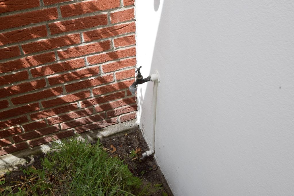 Außenwasserhahn im Garten