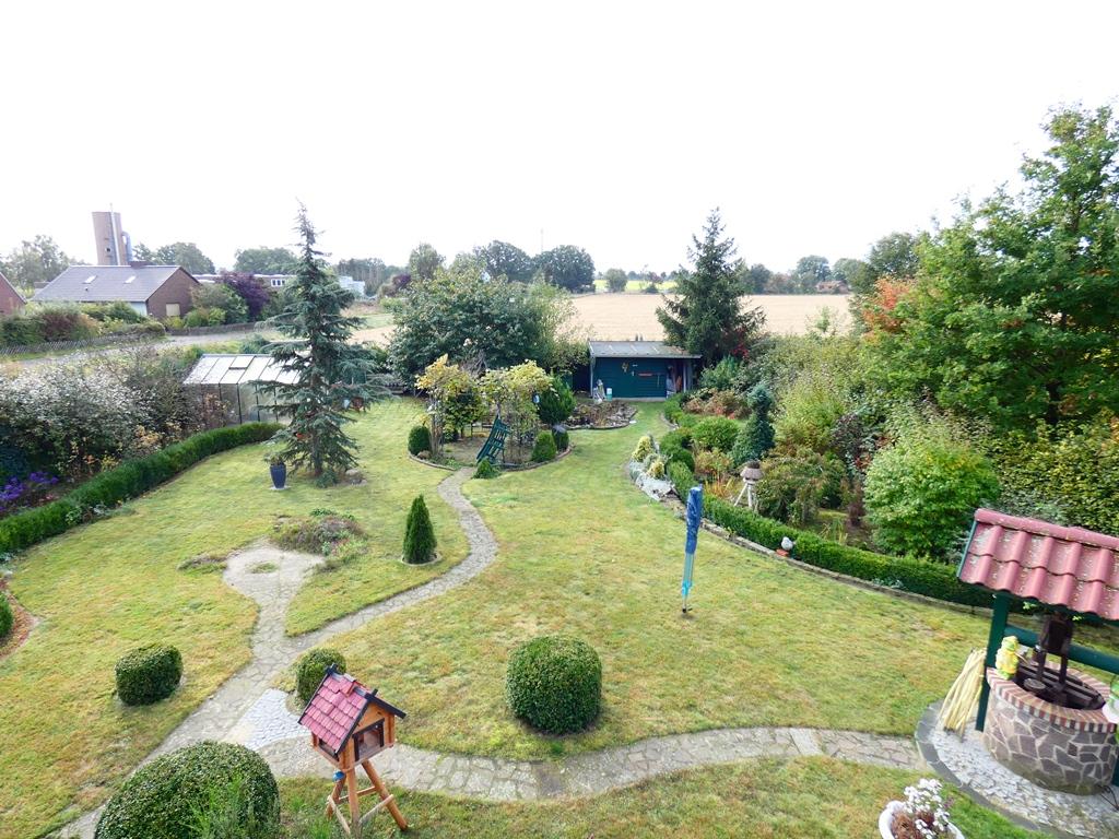Blick vom Südbalkon in den parkähnlich angelegten Garten